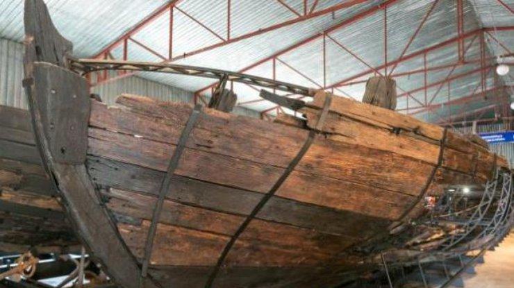 НаХортице отреставрировали 20-метровый козацкий корабль