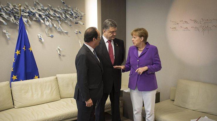 Порошенко сказал Олланду иМеркель обухудшении ситуации наДонбассе