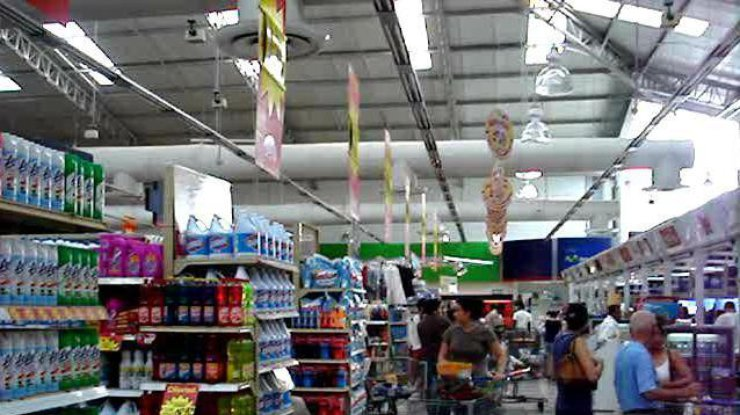 ВКиеве охранники супермаркета избили клиента (18+)