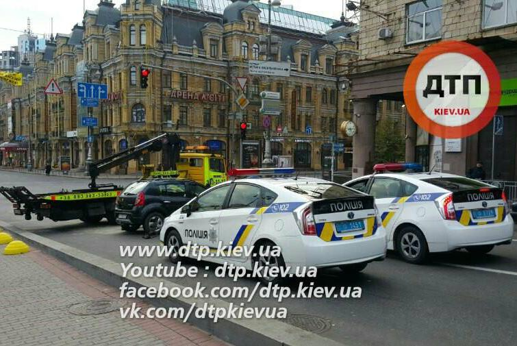 Вцентре украинской столицы заграничный дипломат разбил три авто: появилось видео