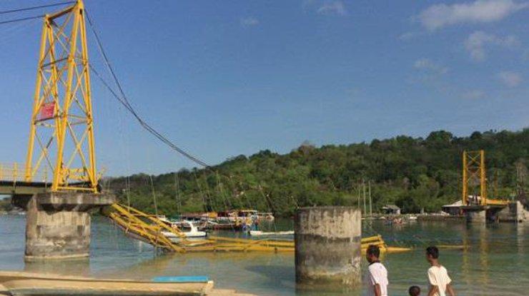 ВИндонезии обвалился пешеходный мост, 9 человек погибли