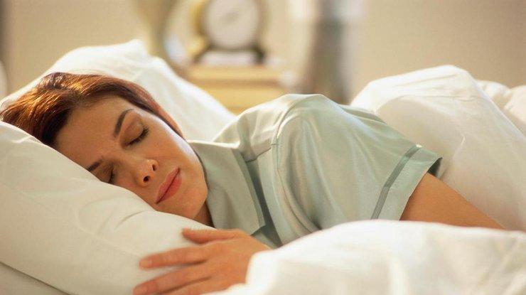 Ученые доказали, что людям полезнее спать налевом боку