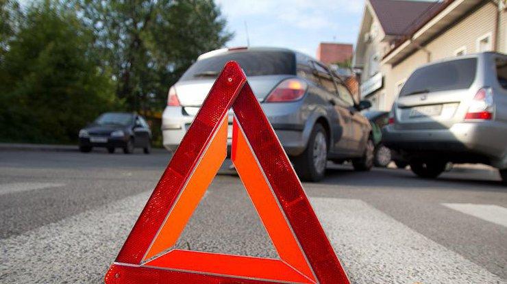 ВЧерновцах маршрутка сбила пешехода иврезалась вдом
