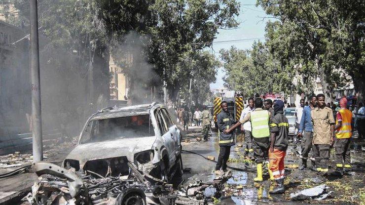 В итоге взрыва заминированного авто встолице Сомали погибли трое