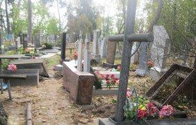 В Сумской области вандалы разгромили кладбище (фото: su.npu.gov.ua)