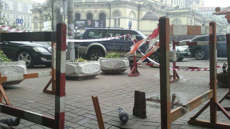 ВКиеве около государственной оперы провалился тротуар