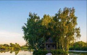 В Житомирской области рыбак построил домик посреди реки