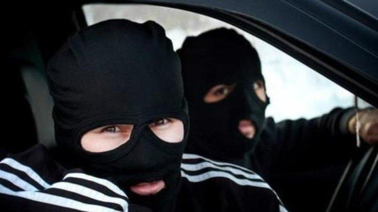 Мужчины в масках разгромили лотерейный киоск