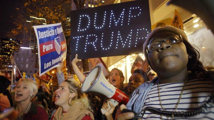 Жители Америки устраивают марши протеста против президентства Трампа