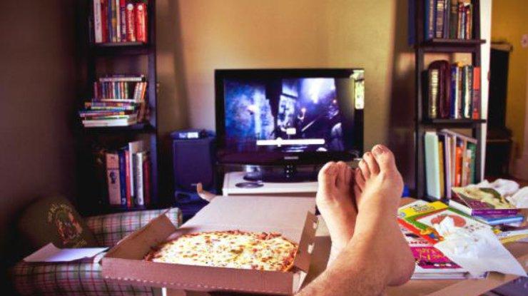 Картинки по запросу еда у телевизора