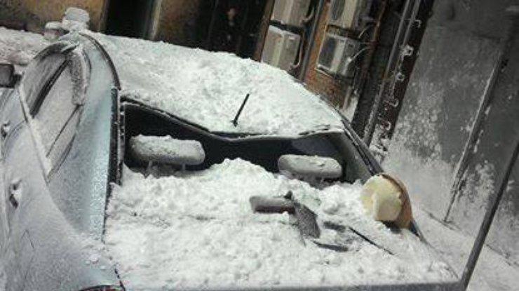 Вцентре украинской столицы глыба снега разбила припаркованный автомобиль