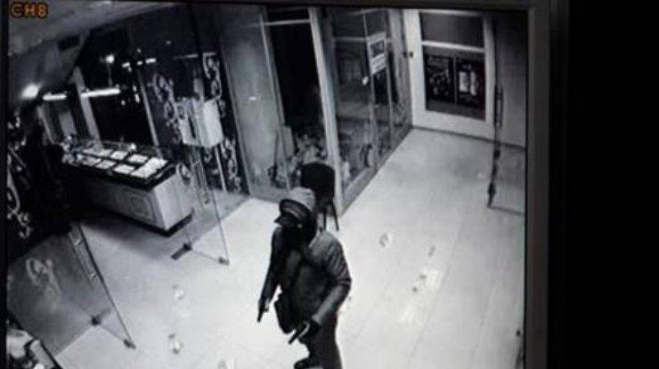 Дерзкое ограбление вКиеве: люди вбалаклавах разгромили ювелирный