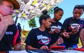 В Африке девочки-подростки спроектировали космический спутник (фото: Coursey Kaal Sohoemaker)