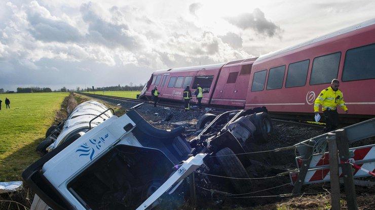 ВНидерландах фургон скинул поезд срельсов
