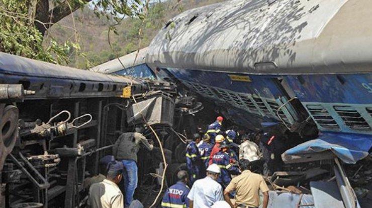 При сходе срельсов пассажирского поезда вИндии погибли 20 человек