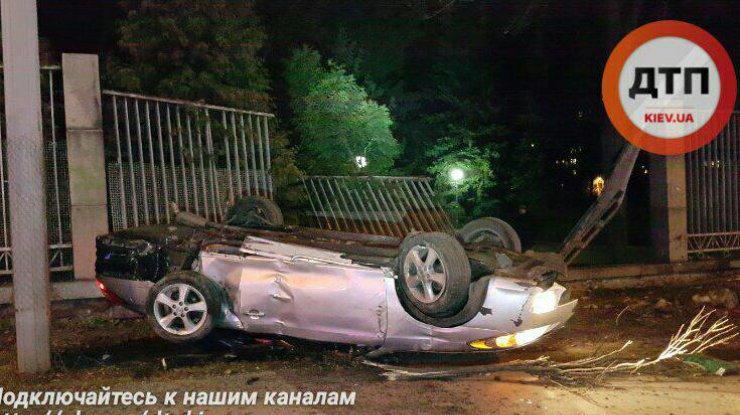 ДТП вКиеве: Тоёта влетела взабор зоопарка, погибла девушка