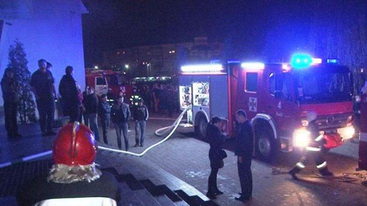 В сети появилось видео пожара в ночном клубе Львова - люди делают селфи на фоне пламени