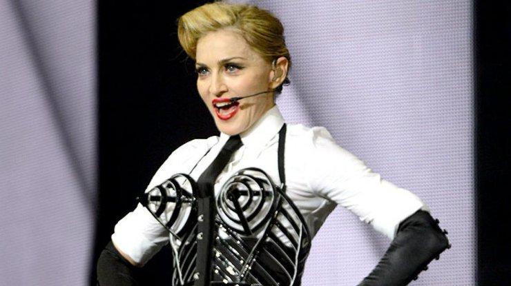 Пьяная Мадонна улеглась напол в английской галерее