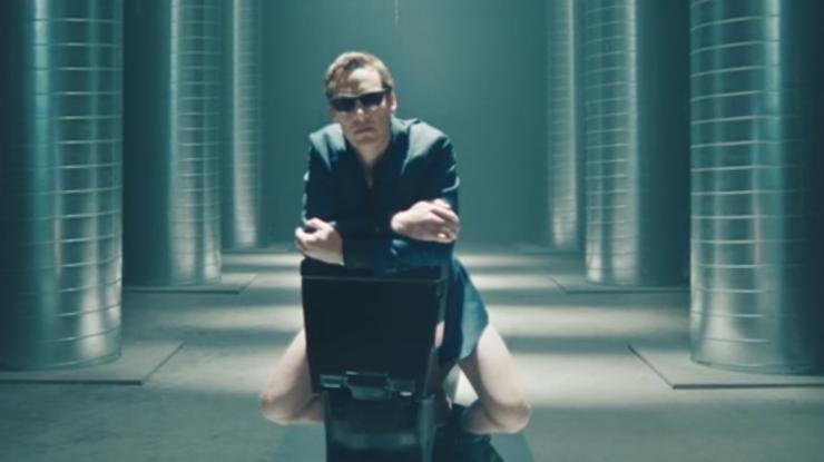 «Существует только один способ сидеть наунитазе». Камбербэтч снялся вюмористической рекламе