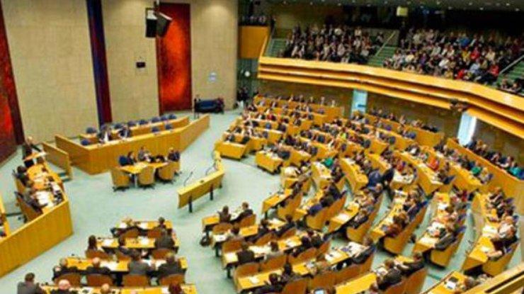 Парламент Нидерландов неподдержал вотум недоверия руководству