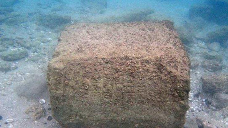 Уберегов Хайфы найден старинный камень снадписью «Евреи»