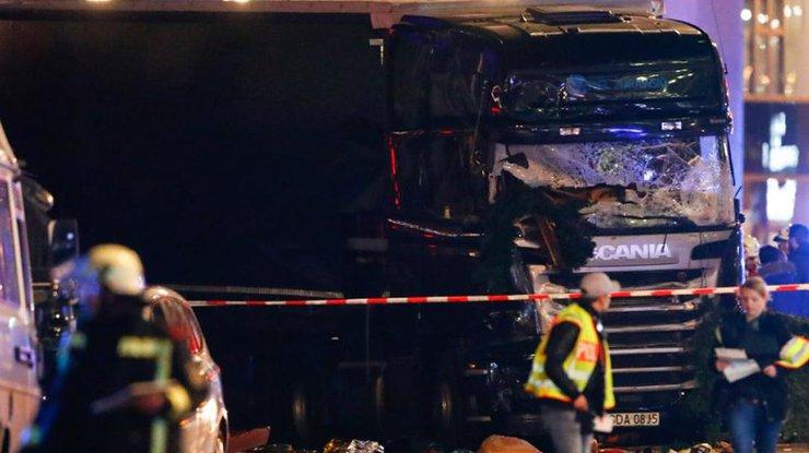Фургон насмерть сбил девятерых нарождественской ярмарке вБерлине, до50 ранены