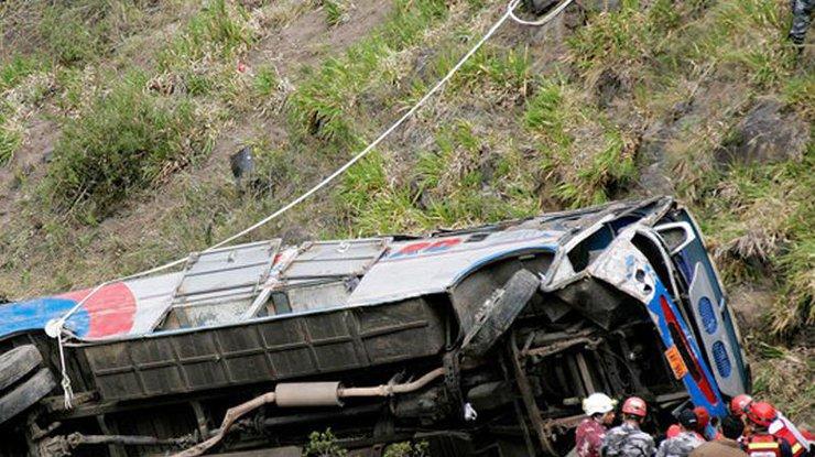 700 метров: вПеру из-за падения автобуса погибло 12 полицейских