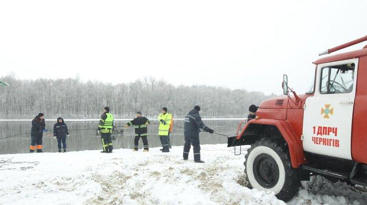 Автомобиль провалился под лед наДесне вЧернигове