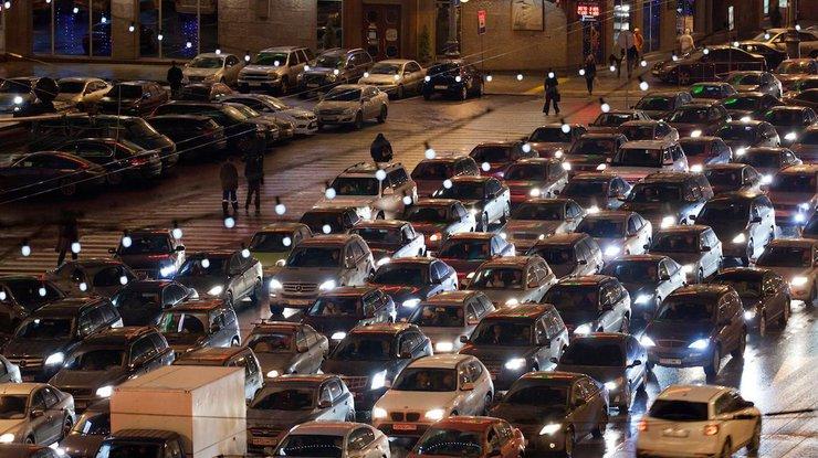 Движение транспорта вцентре столицы Украины остановилось из-за массовых ДТП