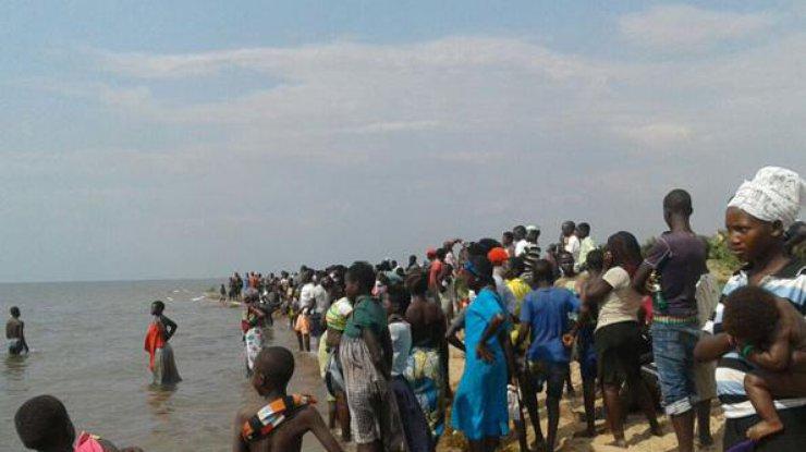 ВУганде затонуло судно сфутбольной командой иболельщиками
