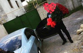 Муж радует Викторию не только цветами, но и такими роскошными подарками, как автомобиль. Так, перед свадьбой певица получила от своего возлюбленного шикарное авто