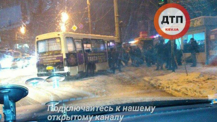Страшное ДТП вКиеве: маршрутка сбила 2-х человек иврезалась встолб