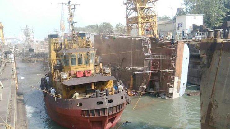 Фрегат ВМС Индии опрокинулся при выходе издока изадавил 2-х человек