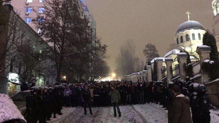 Фанаты «Бешикташа» истоптали флаг «Динамо» вцентре украинской столицы