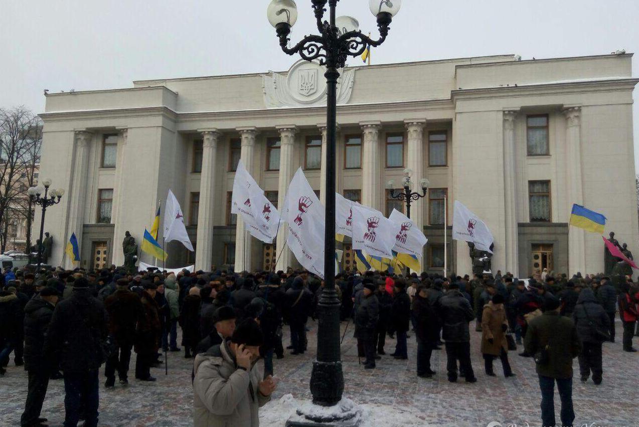 Митинг под Радой заблокировал движение поГрушевского. Киев встал впробках
