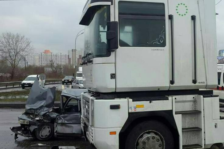 Шофёр «Славуты» умер из-за столкновения с грузовым автомобилем вКиеве