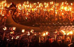 Необычный огненный фестиваль прошел на Шетландских островах