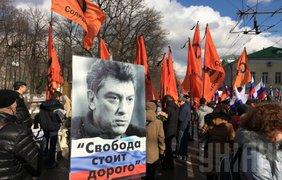 Возглавляют колонну лидеры российской оппозиции
