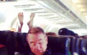 Стюардесса выложила фотографии самых отвратительных пассажиров самолетов