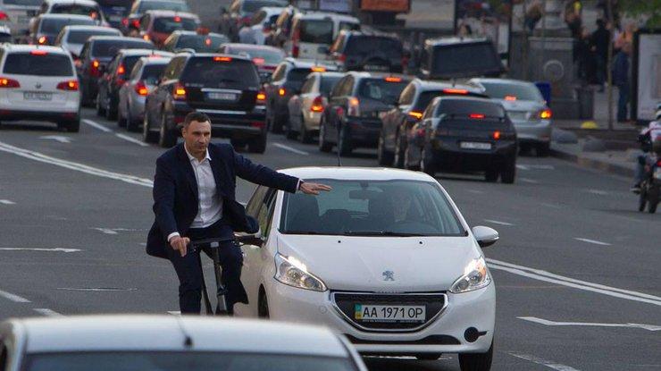 Мэр украинской столицы грохнулся свелосипеда