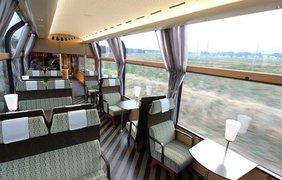 Поезд курсирует в живописных местах страны