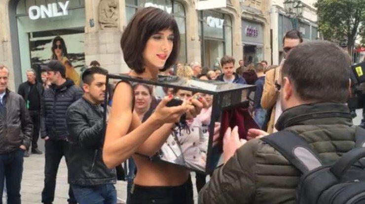Девушка разрешает всем трогать грудь