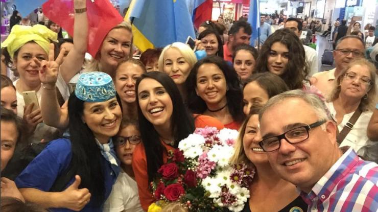ВСтамбуле Джамалу встретили скрымскотатарскими флагами