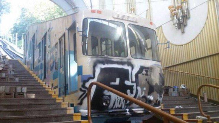 Неизвестные разрисовали вагон киевского фуникулера