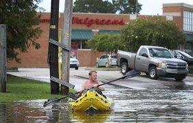 Лэндон Стенли пытается попасть домой по затопленной улице