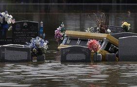 Затопленное кладбище выглядит по-настоящему жутко