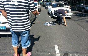 Девушек раздевается и выкидывает вещи на улице перед людьми