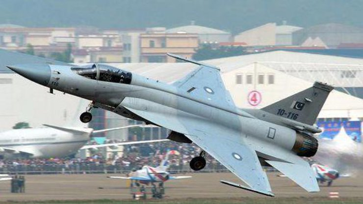 В КНР впроцессе авиашоу разбился самолет, пилот умер
