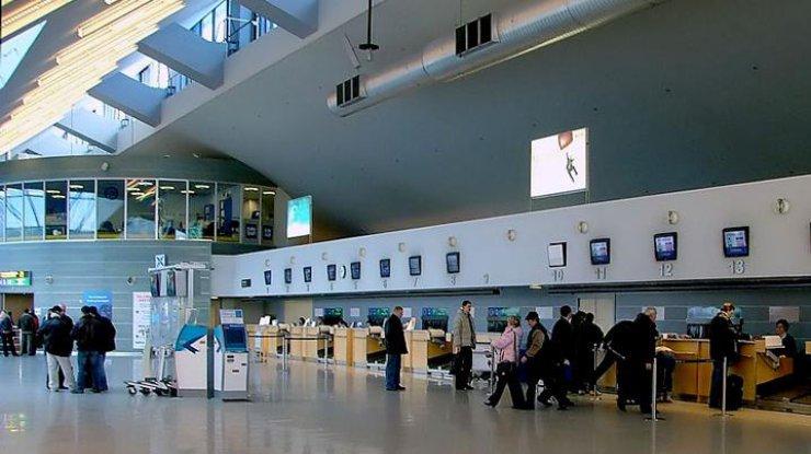Из-за ошибочной тревоги ваэропорту Таллинна прошла массовая эвакуация