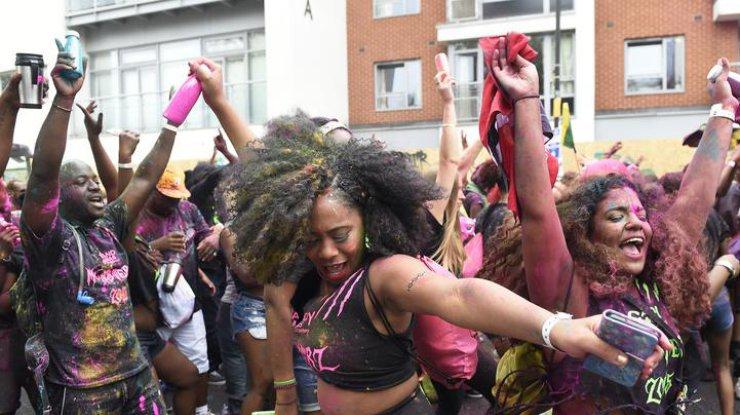 Встолице Англии впроцессе уличного карнавала милиция задержала неменее 100 человек